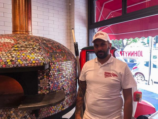 A Milano la pizzeria col forno ricoperto di tappi: originalità e cuore antico